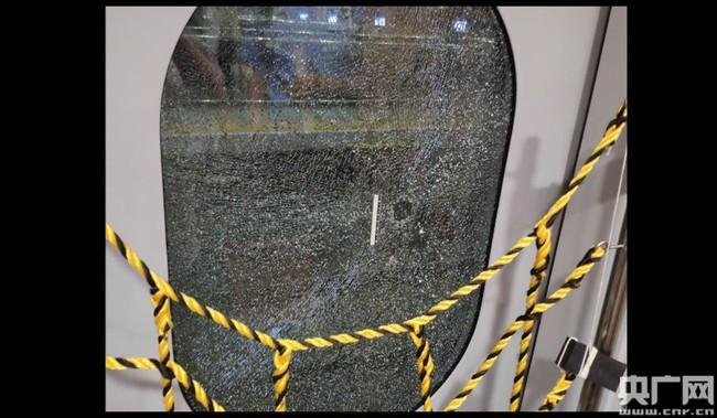 Xe lửa gặp sự cố tạm dừng nửa tiếng, người đàn ông mất hết kiên nhẫn đập luôn cửa kính chỉ để hít chút khí trời - Ảnh 2.