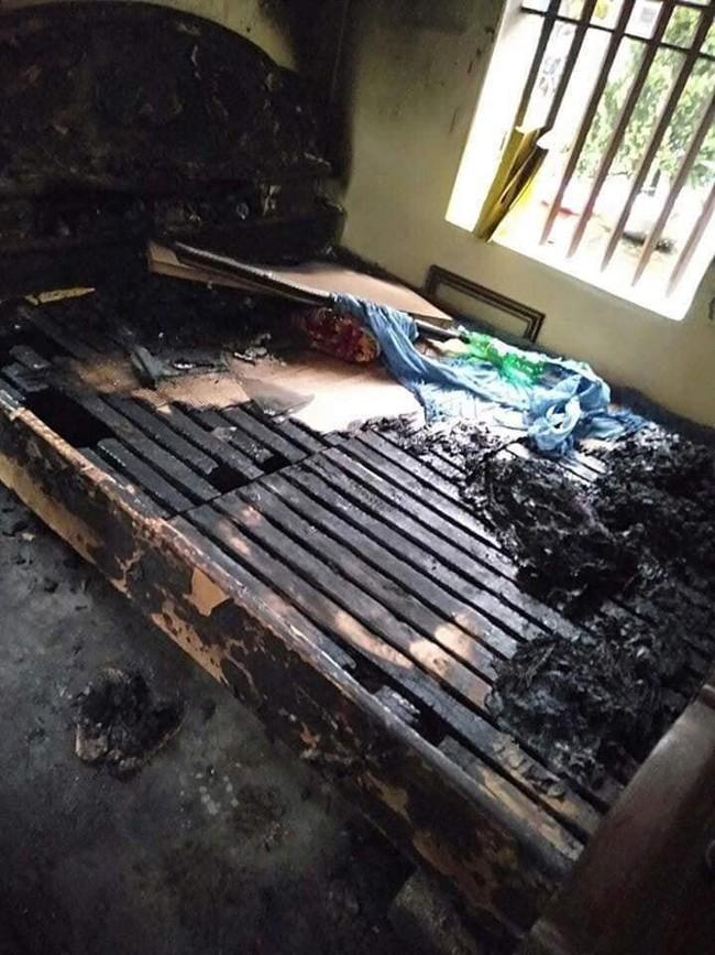 Hà Nam: Con gái chốt cửa rồi phóng hỏa đốt nhà khiến bố mẹ ruột nhập viện cấp cứu sau khi cãi vã - Ảnh 1.