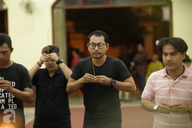 Lội mưa gió, NSƯT Thành Lộc, Minh Hằng và nhiều nghệ sĩ khác vẫn đến lễ viếng cố nghệ sĩ Lê Bình  - Ảnh 18.