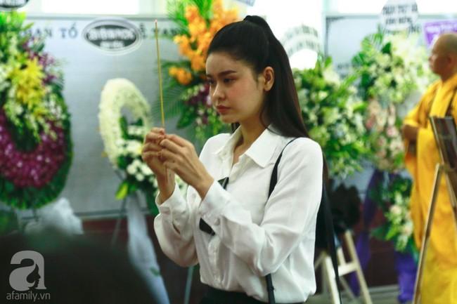 Lội mưa gió, NSƯT Thành Lộc, Minh Hằng và nhiều nghệ sĩ khác vẫn đến lễ viếng cố nghệ sĩ Lê Bình  - Ảnh 5.