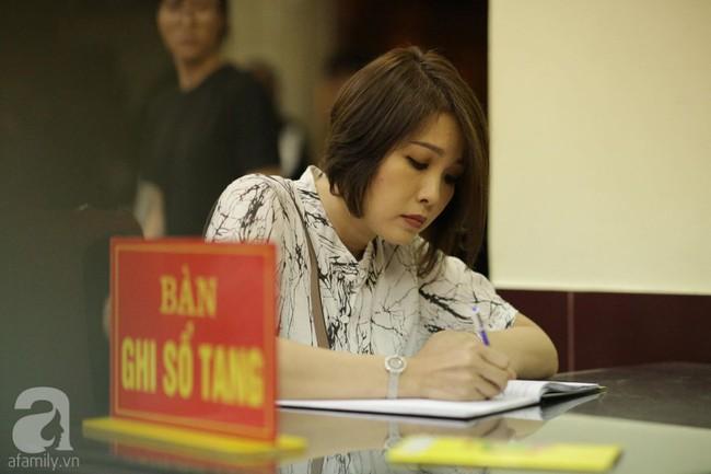 Lội mưa gió, NSƯT Thành Lộc, Minh Hằng và nhiều nghệ sĩ khác vẫn đến lễ viếng cố nghệ sĩ Lê Bình  - Ảnh 6.