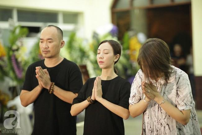 Lội mưa gió, NSƯT Thành Lộc, Minh Hằng và nhiều nghệ sĩ khác vẫn đến lễ viếng cố nghệ sĩ Lê Bình  - Ảnh 7.