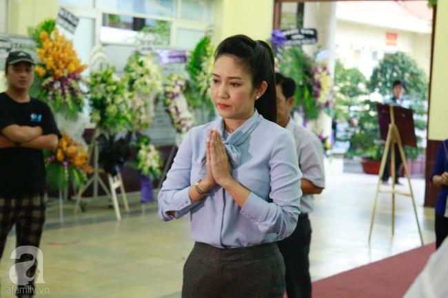 Lội mưa gió, NSƯT Thành Lộc, Minh Hằng và nhiều nghệ sĩ khác vẫn đến lễ viếng cố nghệ sĩ Lê Bình  - Ảnh 8.