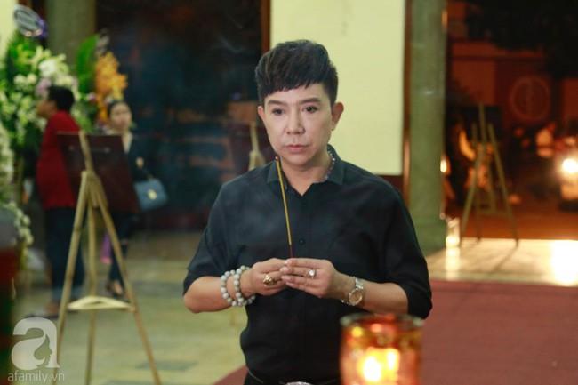 Lội mưa gió, NSƯT Thành Lộc, Minh Hằng và nhiều nghệ sĩ khác vẫn đến lễ viếng cố nghệ sĩ Lê Bình  - Ảnh 10.