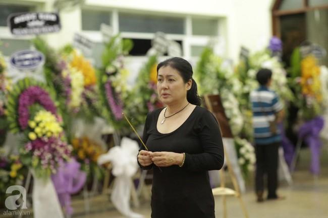 Lội mưa gió, NSƯT Thành Lộc, Minh Hằng và nhiều nghệ sĩ khác vẫn đến lễ viếng cố nghệ sĩ Lê Bình  - Ảnh 20.