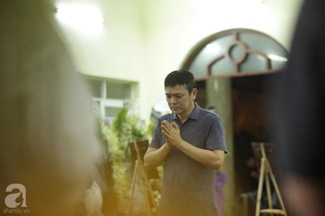 Lội mưa gió, NSƯT Thành Lộc, Minh Hằng và nhiều nghệ sĩ khác vẫn đến lễ viếng cố nghệ sĩ Lê Bình  - Ảnh 21.