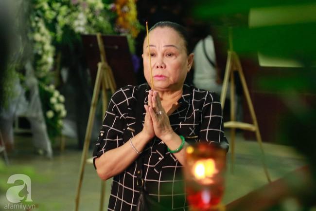 Lội mưa gió, NSƯT Thành Lộc, Minh Hằng và nhiều nghệ sĩ khác vẫn đến lễ viếng cố nghệ sĩ Lê Bình  - Ảnh 11.