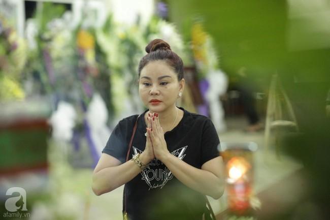 Lội mưa gió, NSƯT Thành Lộc, Minh Hằng và nhiều nghệ sĩ khác vẫn đến lễ viếng cố nghệ sĩ Lê Bình  - Ảnh 25.