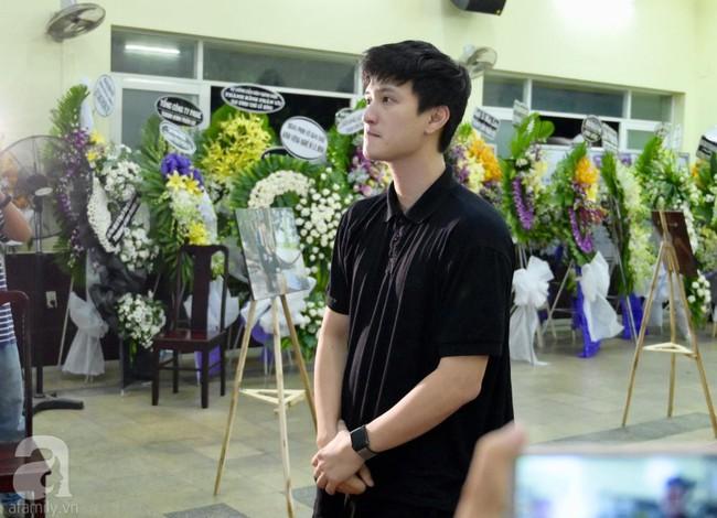 Lội mưa gió, NSƯT Thành Lộc, Minh Hằng và nhiều nghệ sĩ khác vẫn đến lễ viếng cố nghệ sĩ Lê Bình  - Ảnh 16.