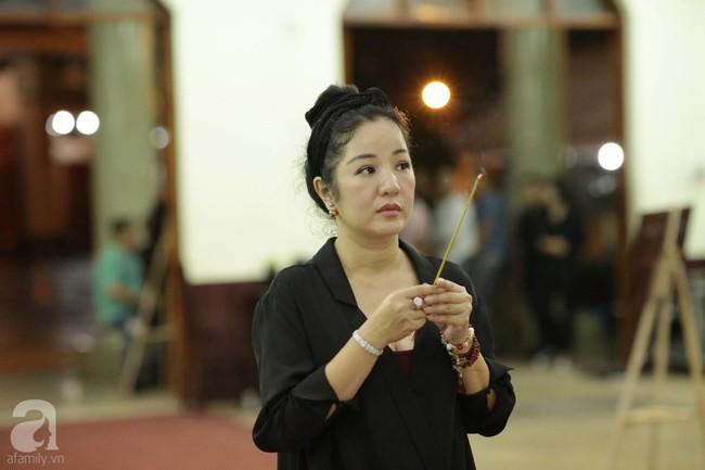 Lội mưa gió, NSƯT Thành Lộc, Minh Hằng và nhiều nghệ sĩ khác vẫn đến lễ viếng cố nghệ sĩ Lê Bình  - Ảnh 23.