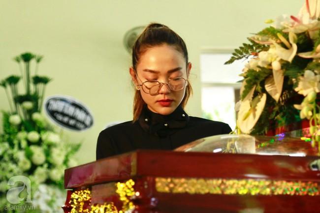 Lội mưa gió, NSƯT Thành Lộc, Minh Hằng và nhiều nghệ sĩ khác vẫn đến lễ viếng cố nghệ sĩ Lê Bình  - Ảnh 1.