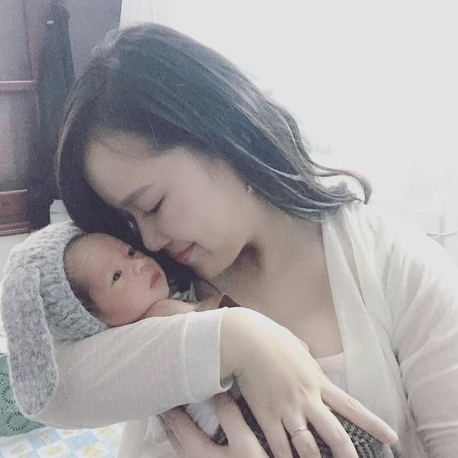 Sau hành trình chiến đấu lại virus RSV gây viêm phổi, mẹ Hà Nội cảnh báo các mẹ khác đừng coi thường nụ hôn thần chết - Ảnh 2.