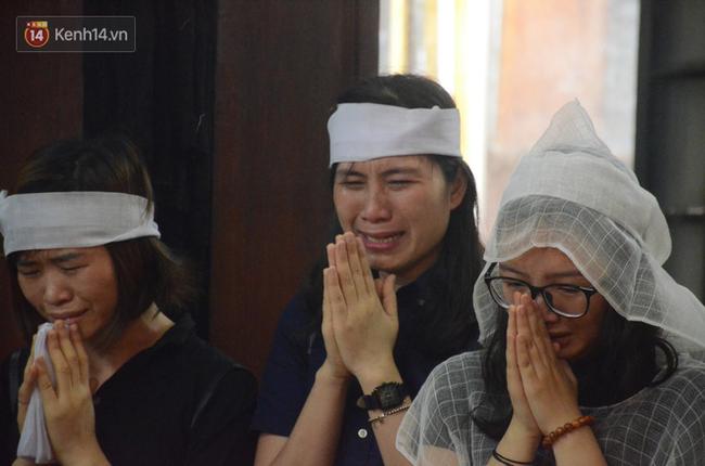 Xuân Bắc và nhiều nghệ sĩ nhà hát kịch Việt Nam bật khóc xót xa trong tang lễ đồng nghiệp vụ tai nạn hầm Kim Liên - Ảnh 15.