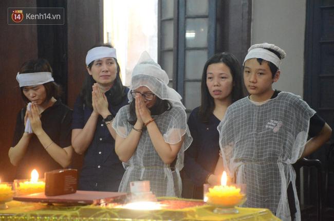 Xuân Bắc và nhiều nghệ sĩ nhà hát kịch Việt Nam bật khóc xót xa trong tang lễ đồng nghiệp vụ tai nạn hầm Kim Liên - Ảnh 16.