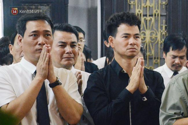 Xuân Bắc và nhiều nghệ sĩ nhà hát kịch Việt Nam bật khóc xót xa trong tang lễ đồng nghiệp vụ tai nạn hầm Kim Liên - Ảnh 6.