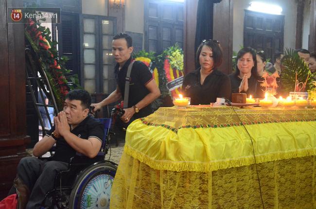 Xuân Bắc và nhiều nghệ sĩ nhà hát kịch Việt Nam bật khóc xót xa trong tang lễ đồng nghiệp vụ tai nạn hầm Kim Liên - Ảnh 9.