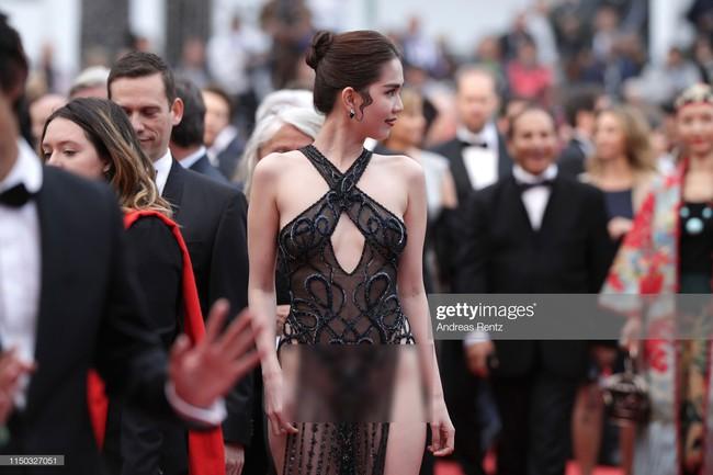 Truyền thông quốc tế đăng ảnh Ngọc Trinh hở nguyên vòng 3 trên thảm đỏ Cannes nhưng ánh mắt ái ngại của mọi người mới đáng chú ý  - Ảnh 10.