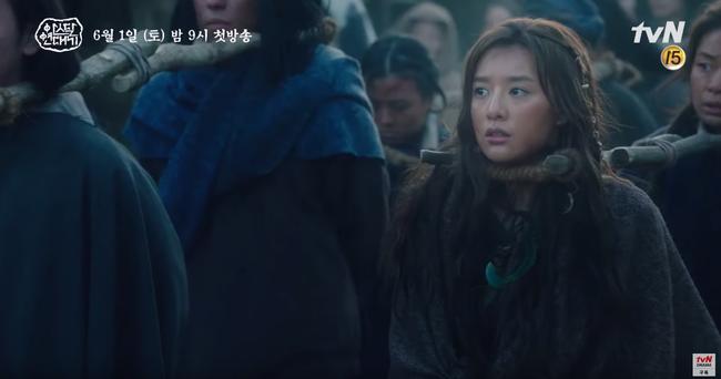 Jang Dong Gun chém giết tàn bạo, bóp cổ bạn gái Song Joong Ki trong phim mới - Ảnh 12.