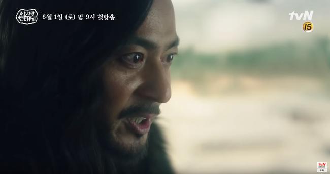 Jang Dong Gun chém giết tàn bạo, bóp cổ bạn gái Song Joong Ki trong phim mới - Ảnh 9.