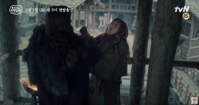 Jang Dong Gun chém giết tàn bạo, bóp cổ bạn gái Song Joong Ki trong phim mới - Ảnh 10.