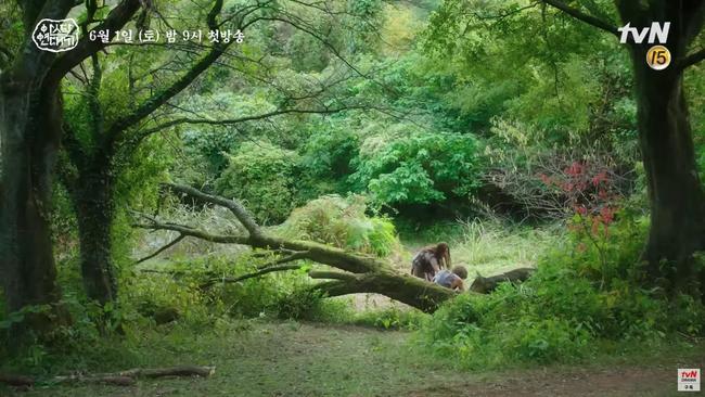 Jang Dong Gun chém giết tàn bạo, bóp cổ bạn gái Song Joong Ki trong phim mới - Ảnh 2.