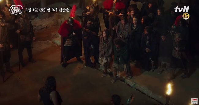 Jang Dong Gun chém giết tàn bạo, bóp cổ bạn gái Song Joong Ki trong phim mới - Ảnh 5.