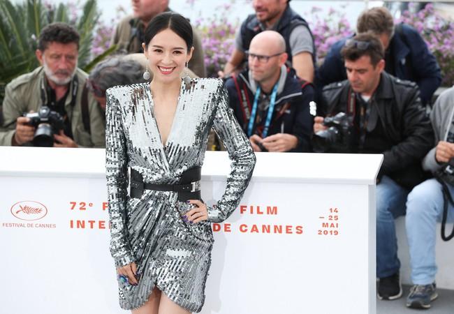 Chương Tử Di khoe ngực đầy eo thon tại Cannes, điều khiến ai cũng ngỡ ngàng chính là phản ứng của phóng viên quốc tế  - Ảnh 3.