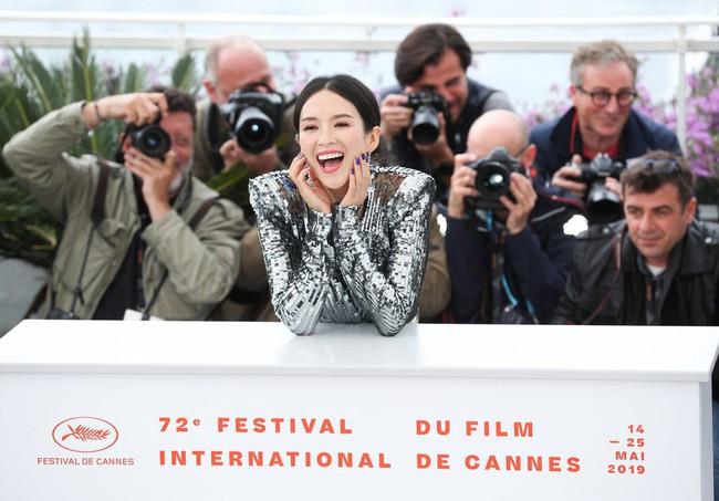 Chương Tử Di khoe ngực đầy eo thon tại Cannes, điều khiến ai cũng ngỡ ngàng chính là phản ứng của phóng viên quốc tế  - Ảnh 4.