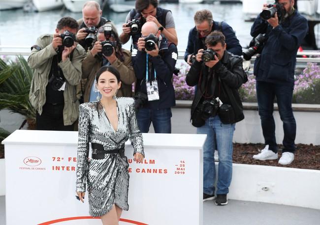 Chương Tử Di khoe ngực đầy eo thon tại Cannes, điều khiến ai cũng ngỡ ngàng chính là phản ứng của phóng viên quốc tế  - Ảnh 5.