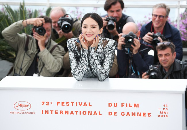 Chương Tử Di khoe ngực đầy eo thon tại Cannes, điều khiến ai cũng ngỡ ngàng chính là phản ứng của phóng viên quốc tế  - Ảnh 6.