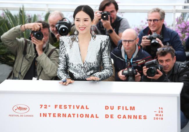 Chương Tử Di khoe ngực đầy eo thon tại Cannes, điều khiến ai cũng ngỡ ngàng chính là phản ứng của phóng viên quốc tế  - Ảnh 7.