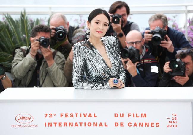 Chương Tử Di khoe ngực đầy eo thon tại Cannes, điều khiến ai cũng ngỡ ngàng chính là phản ứng của phóng viên quốc tế  - Ảnh 8.