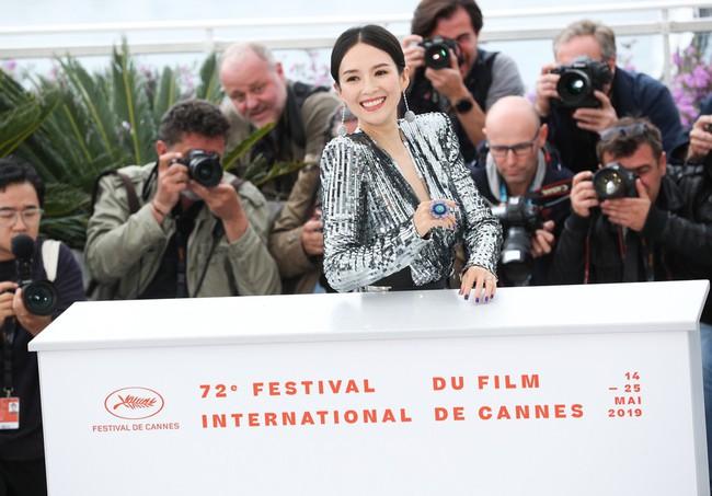 Chương Tử Di khoe ngực đầy eo thon tại Cannes, điều khiến ai cũng ngỡ ngàng chính là phản ứng của phóng viên quốc tế  - Ảnh 13.