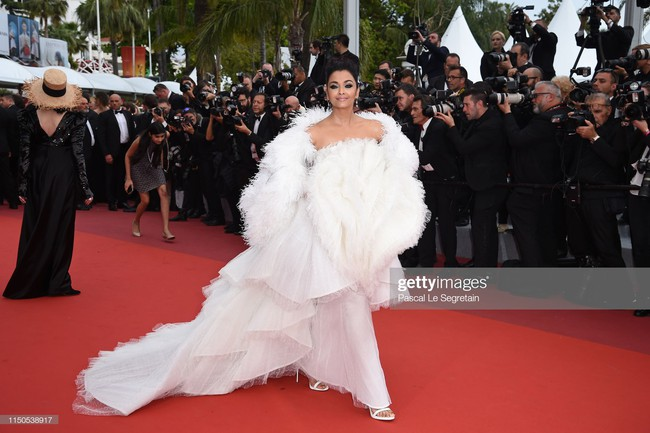 Hoa hậu đẹp nhất thế giới khoác cả chăn lông lên thảm đỏ Cannes 2019 vẫn bị Chương Tử Di ăn mặc kín đáo, đơn giản lấn át - Ảnh 18.