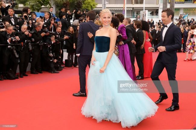 Hoa hậu đẹp nhất thế giới khoác cả chăn lông lên thảm đỏ Cannes 2019 vẫn bị Chương Tử Di ăn mặc kín đáo, đơn giản lấn át - Ảnh 13.