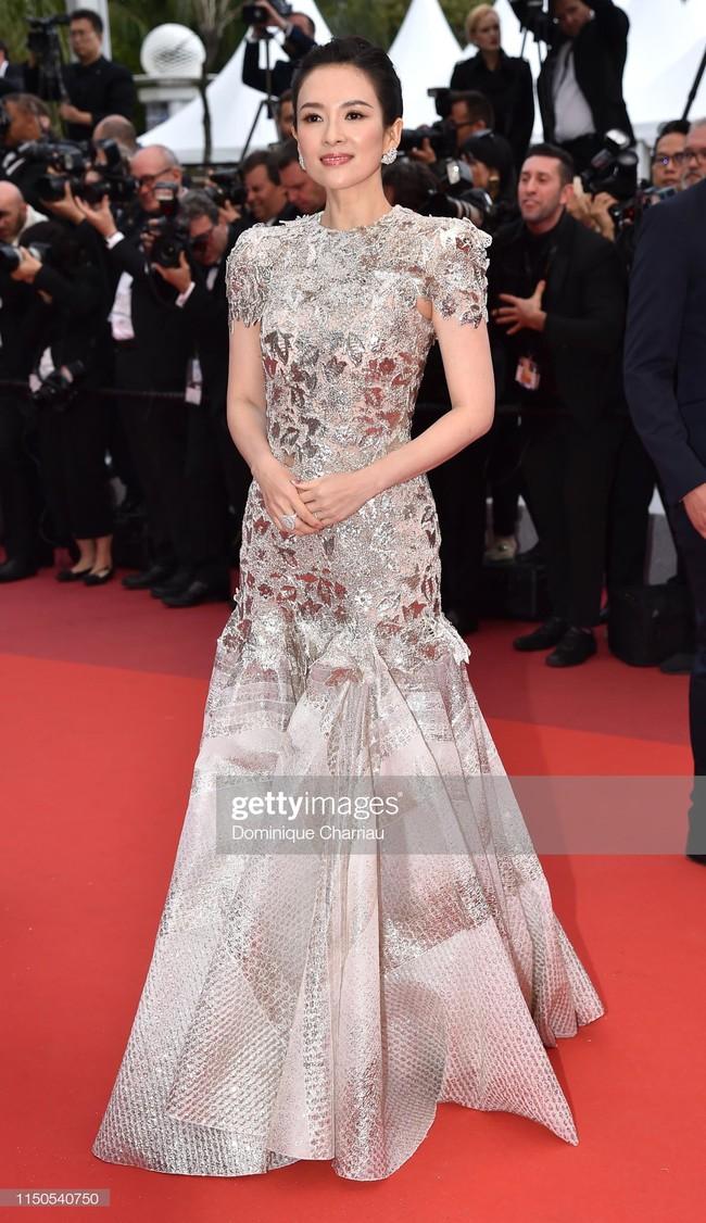 Hoa hậu đẹp nhất thế giới khoác cả chăn lông lên thảm đỏ Cannes 2019 vẫn bị Chương Tử Di ăn mặc kín đáo, đơn giản lấn át - Ảnh 2.