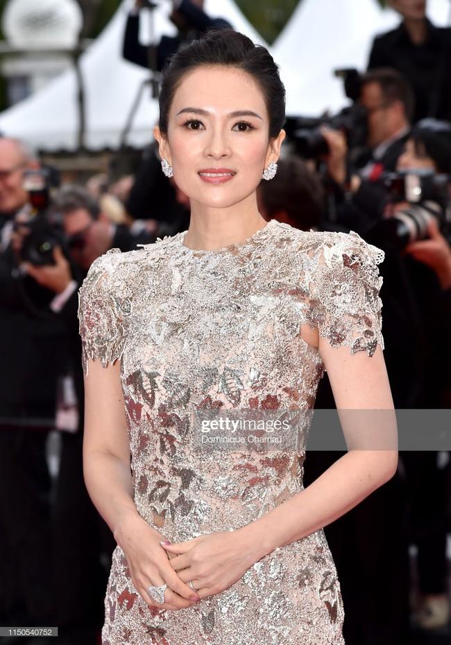 Hoa hậu đẹp nhất thế giới khoác cả chăn lông lên thảm đỏ Cannes 2019 vẫn bị Chương Tử Di ăn mặc kín đáo, đơn giản lấn át - Ảnh 3.