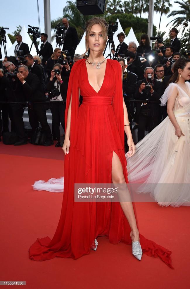 Hoa hậu đẹp nhất thế giới khoác cả chăn lông lên thảm đỏ Cannes 2019 vẫn bị Chương Tử Di ăn mặc kín đáo, đơn giản lấn át - Ảnh 4.
