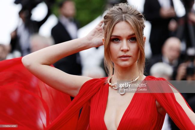 Hoa hậu đẹp nhất thế giới khoác cả chăn lông lên thảm đỏ Cannes 2019 vẫn bị Chương Tử Di ăn mặc kín đáo, đơn giản lấn át - Ảnh 6.