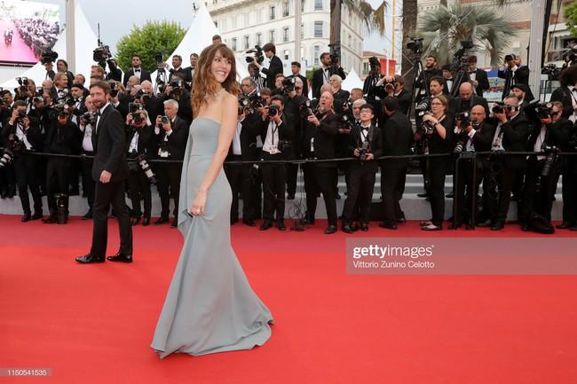 Hoa hậu đẹp nhất thế giới khoác cả chăn lông lên thảm đỏ Cannes 2019 vẫn bị Chương Tử Di ăn mặc kín đáo, đơn giản lấn át - Ảnh 8.