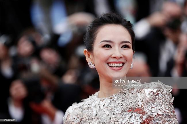 Hoa hậu đẹp nhất thế giới khoác cả chăn lông lên thảm đỏ Cannes 2019 vẫn bị Chương Tử Di ăn mặc kín đáo, đơn giản lấn át - Ảnh 1.