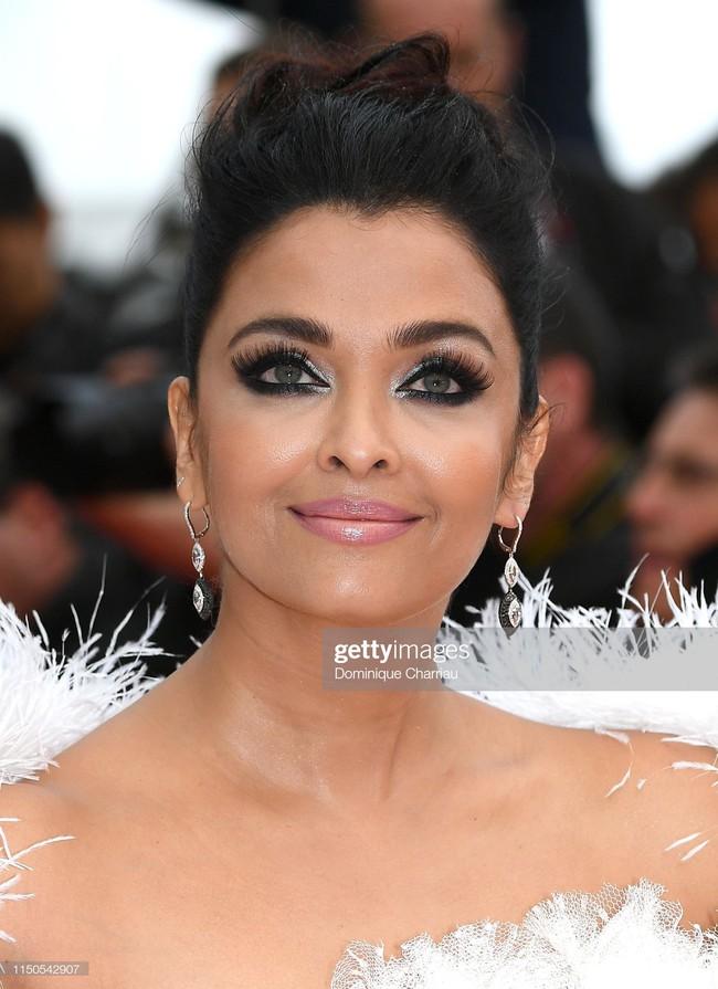 Hoa hậu đẹp nhất thế giới khoác cả chăn lông lên thảm đỏ Cannes 2019 vẫn bị Chương Tử Di ăn mặc kín đáo, đơn giản lấn át - Ảnh 15.