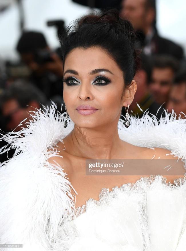 Hoa hậu đẹp nhất thế giới khoác cả chăn lông lên thảm đỏ Cannes 2019 vẫn bị Chương Tử Di ăn mặc kín đáo, đơn giản lấn át - Ảnh 16.