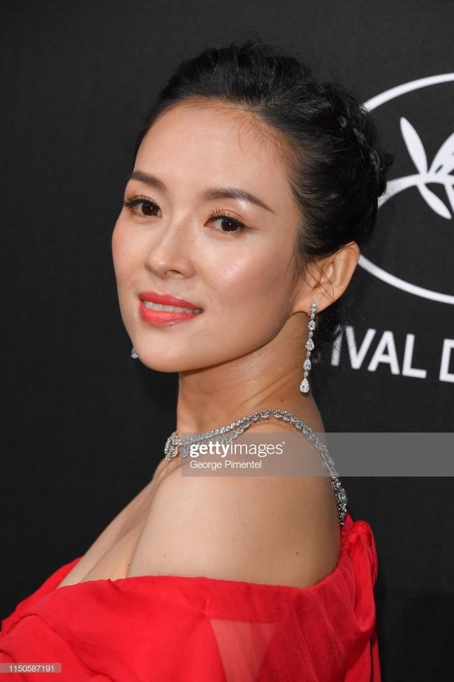 Chương Tử Di chơi lớn, diện váy xẻ ngực khoe vòng 1 đẫy đà trong sự kiện bên lề Cannes 2019  - Ảnh 2.
