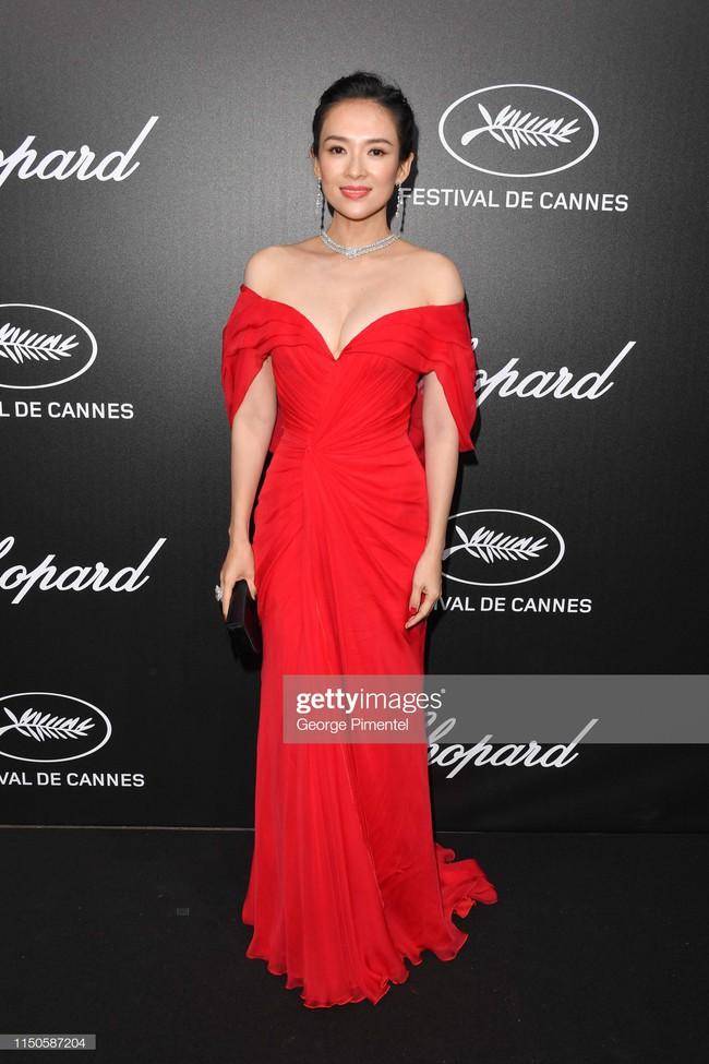 Chương Tử Di chơi lớn, diện váy xẻ ngực khoe vòng 1 đẫy đà trong sự kiện bên lề Cannes 2019  - Ảnh 3.