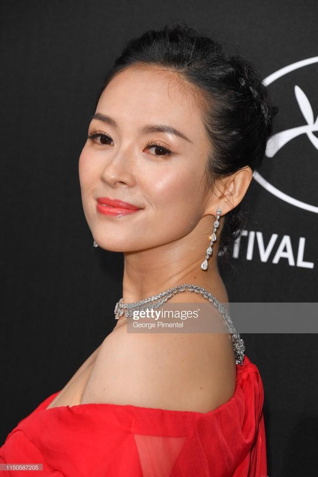 Chương Tử Di chơi lớn, diện váy xẻ ngực khoe vòng 1 đẫy đà trong sự kiện bên lề Cannes 2019  - Ảnh 1.