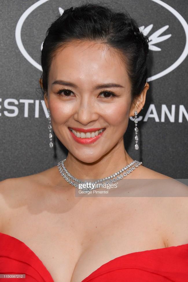 Chương Tử Di chơi lớn, diện váy xẻ ngực khoe vòng 1 đẫy đà trong sự kiện bên lề Cannes 2019  - Ảnh 4.