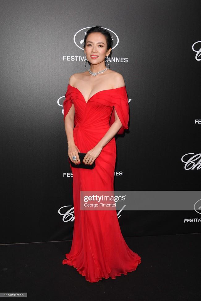 Chương Tử Di chơi lớn, diện váy xẻ ngực khoe vòng 1 đẫy đà trong sự kiện bên lề Cannes 2019  - Ảnh 5.