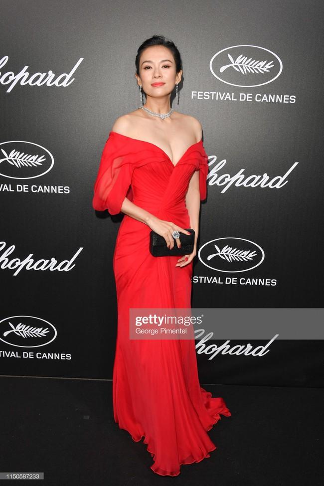 Chương Tử Di chơi lớn, diện váy xẻ ngực khoe vòng 1 đẫy đà trong sự kiện bên lề Cannes 2019  - Ảnh 6.