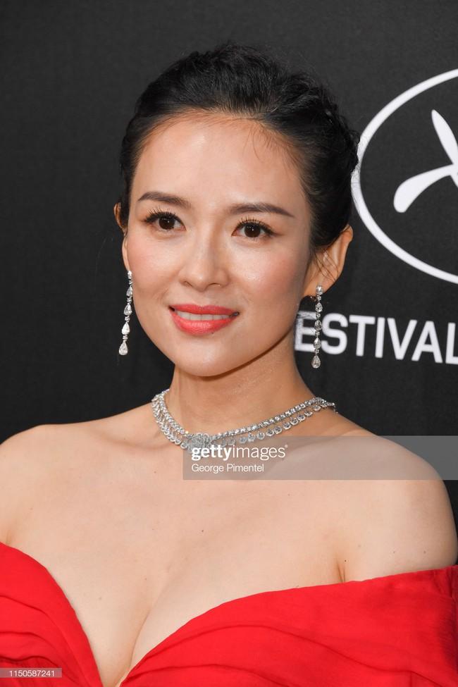 Chương Tử Di chơi lớn, diện váy xẻ ngực khoe vòng 1 đẫy đà trong sự kiện bên lề Cannes 2019  - Ảnh 7.